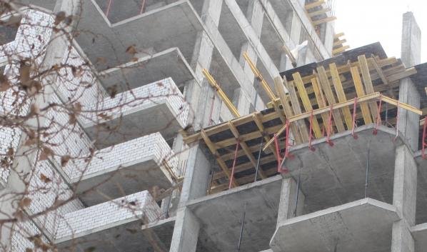 Кирпичи упали на мужчин с крыши здания.