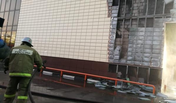 Загорелся фасад ТЦ «Альянс».