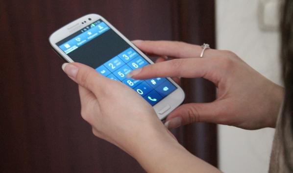 Девушка украла деньги с помощью чужого телефона.