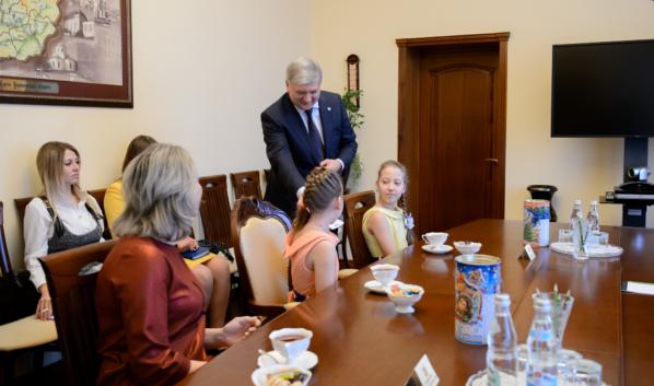 Девочки получили билеты на ёлку в Кремль.