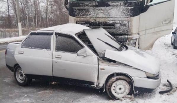 Авария легковушки и грузовика.