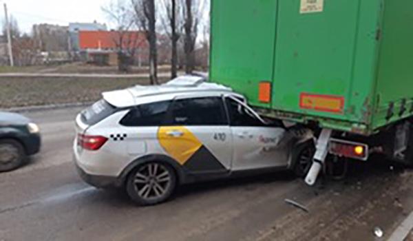 Яндекс.Такси врезалось в грузовик.