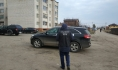 Следователи осматривают машину чиновника.