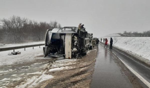 Автобус MAN перевернулся на трассе в Воронежской области.