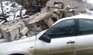 Кирпичная стена упала на авто.