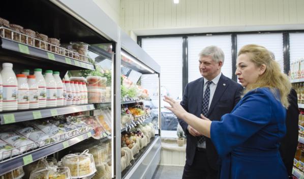 Губернатор посетил открывшийся в этот же день в Воронеже магазин фермерской и органической продукции.