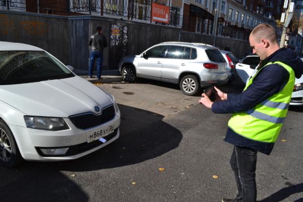 Машины нарушителей фотографируют, но штрафы выписать не могут.