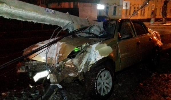 Машина сбила столб.