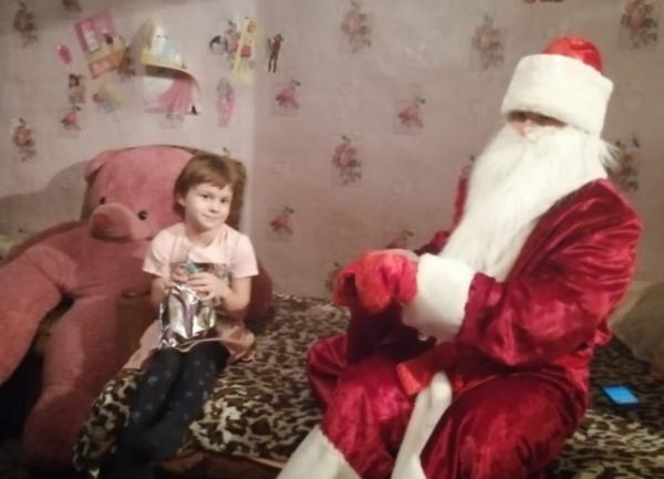 Дед Мороз поздравил детей с Новым годом.
