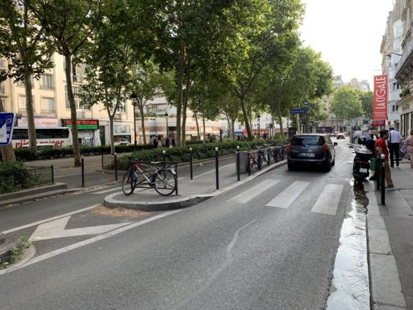 Слева - полоса для общественного транспорта.
