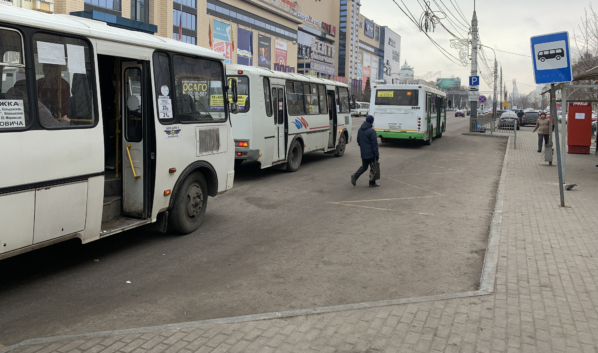 Маршрутчики высаживают пассажиров посреди дороги.