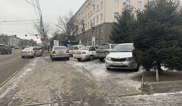 В Воронеже водители ставят машины на тротуар.