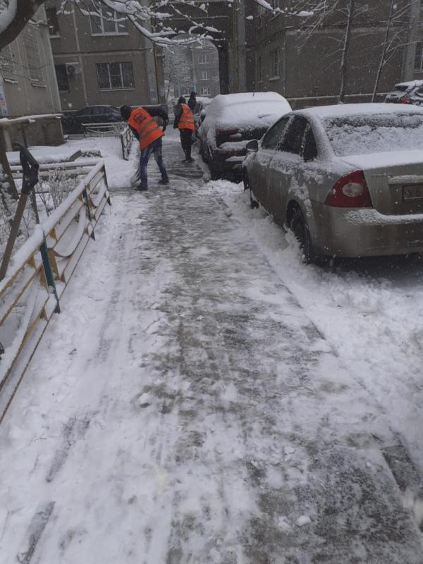 Уборка дворов от снега.