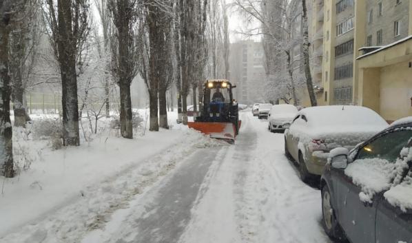 Коммунальщики вышли на уборку дворов от снега.