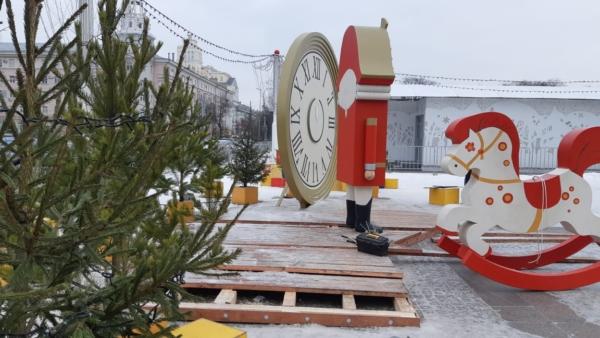 Разбор украшений на площади Ленина.