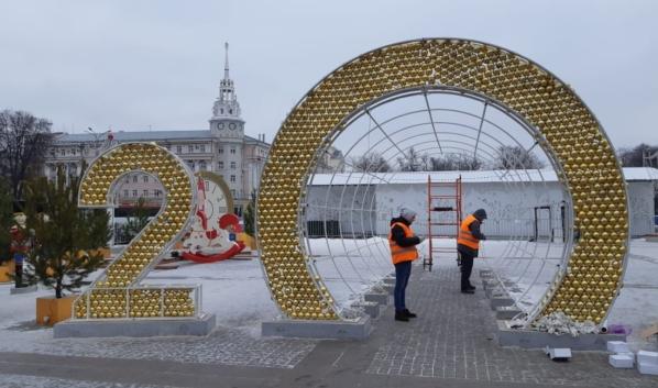 Начали разбирать украшения на площади Ленина.