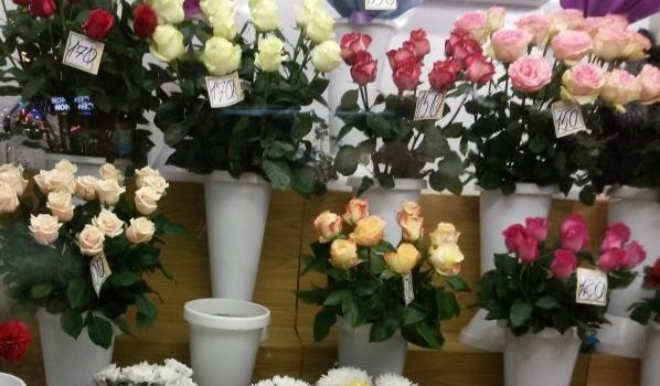 Парень украл букет роз.