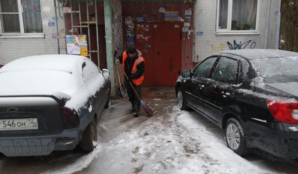 Воронежские дворы убирают от снега.
