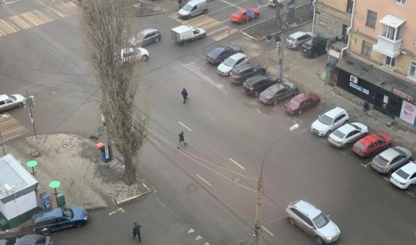 Перехода здесь нет, а пешеходы есть.