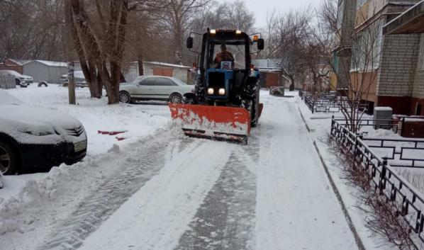 Коммунальщики убирают дворы от снега.