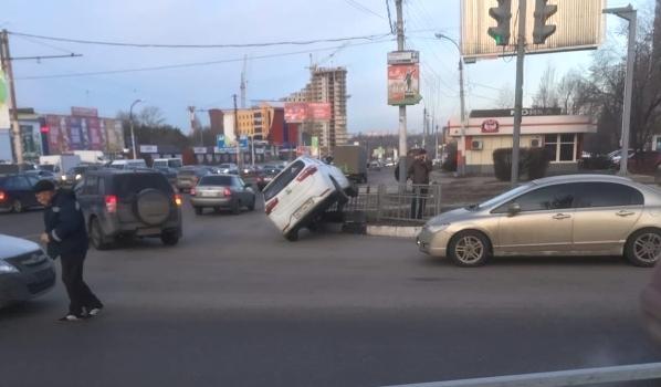 Машина повисла на ограждении.