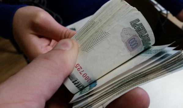 Мужчина пытался передать деньги полицейским.