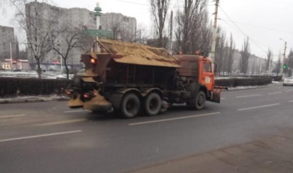 Техника работает на улицах даже тогда, когда снега на дороге нет.