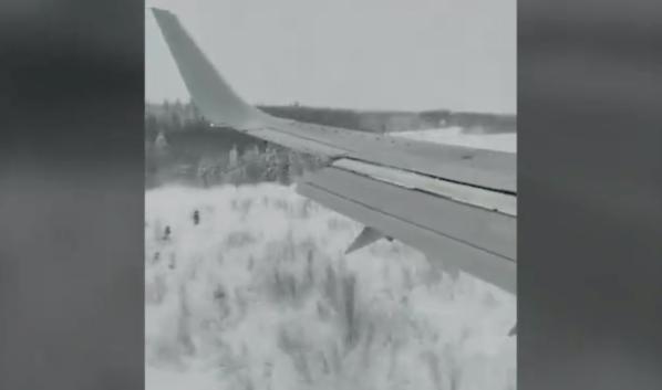 Самолет совершил аварийную посадку.