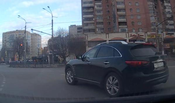 Водитель Infiniti проехала на красный.