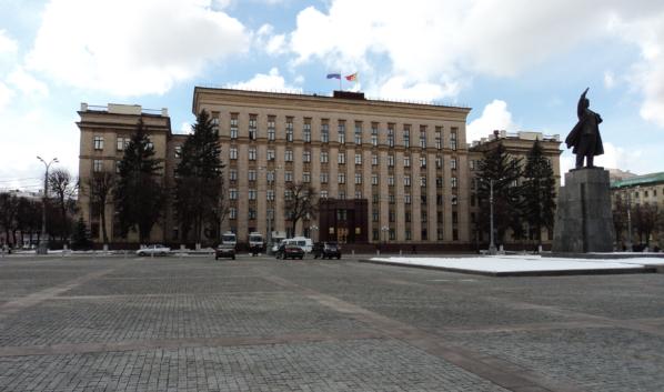 Сейчас на площади стоит памятник Ленину.