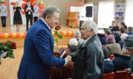 Сергей Лукин вручил медали ветеранам и участникам ВОВ.