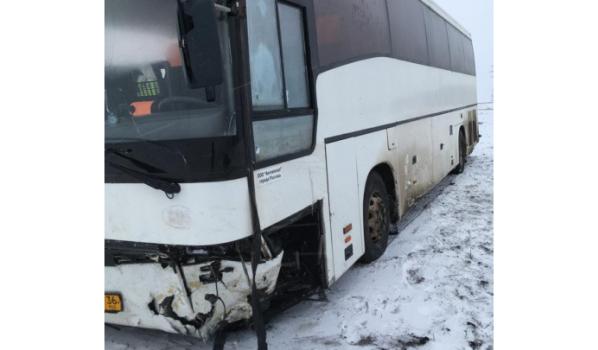 Автобус съехал в кювет.