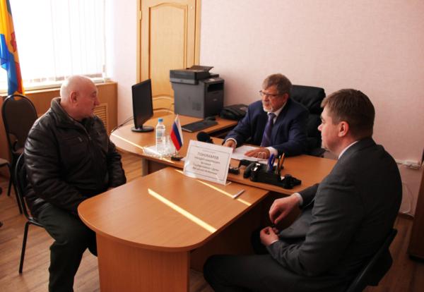 Аркадий Пономарев на встрече с жителями.