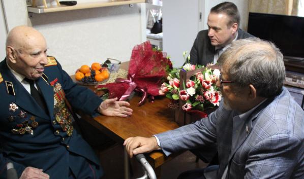 Аркадий Пономарев вручил юбилейную медаль Николаю Зимовцу.