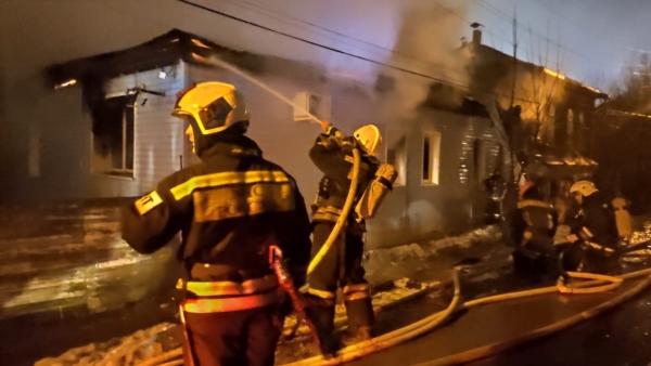 Тушение дома во время пожара.