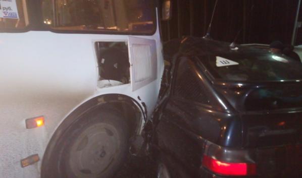 Авария с автобусом на улице Федора Тютчева.