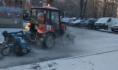 Техника убирает снег на придомовых территориях.