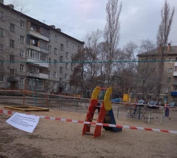 Площадки огородили лентами и табличками с предупреждениями.