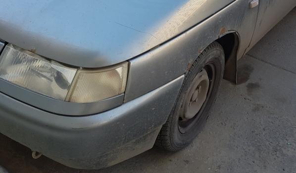 Мужчина увозил удобрения на своей машине.