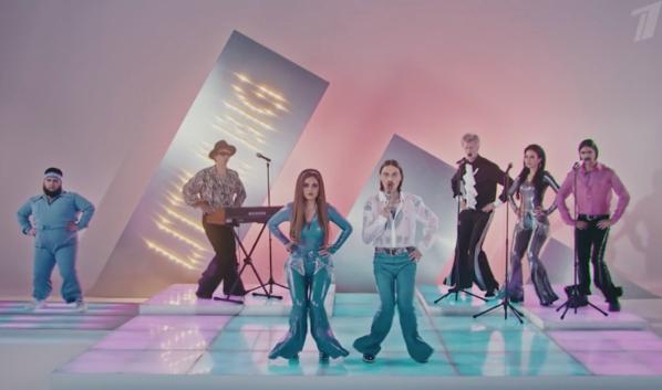 Кадр из клипа на песню Uno.