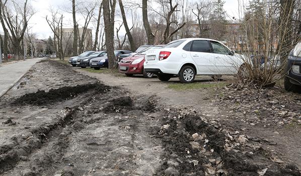 Под дворниками машин оставляли предупреждения.
