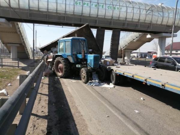 На дороге столкнулись грузовик и трактор с прицепом.