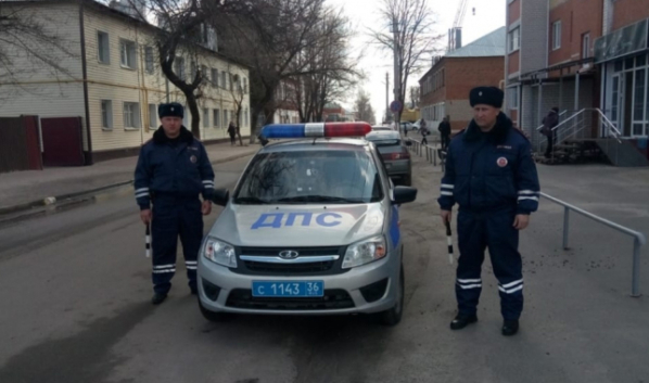Полицейские помогли женщине с детьми выбраться.