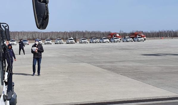 Депортированных туристов встречали сотрудники спецслужб.