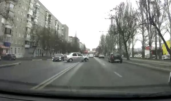 Водитель пересек двойную сплошную.