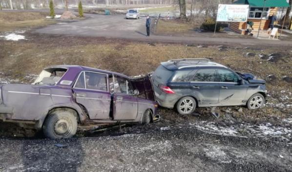 Mercedes и ВАЗ столкнулись.