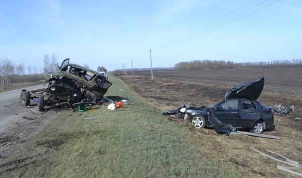 На фото слева УАЗик, справа Chevrolet Laccetti.