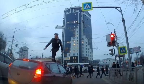 Парень пробежал по крыше авто.