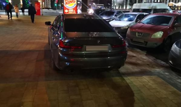 BMW была припаркована прямо на тротуаре.