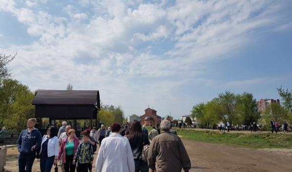 Толпа людей на кладбище Баки на Пасху.